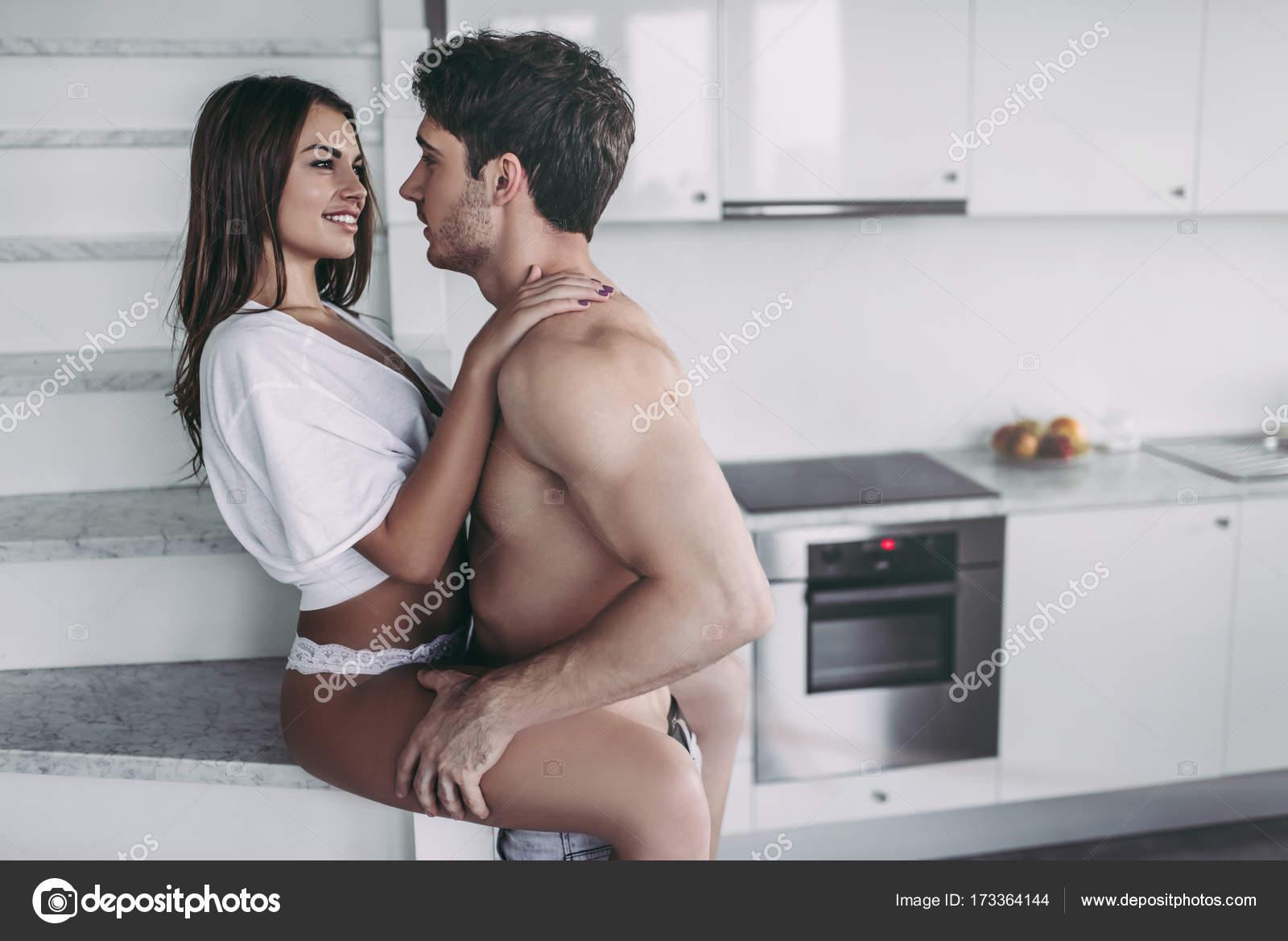 seks-pari-na-kuhne-fizicheski