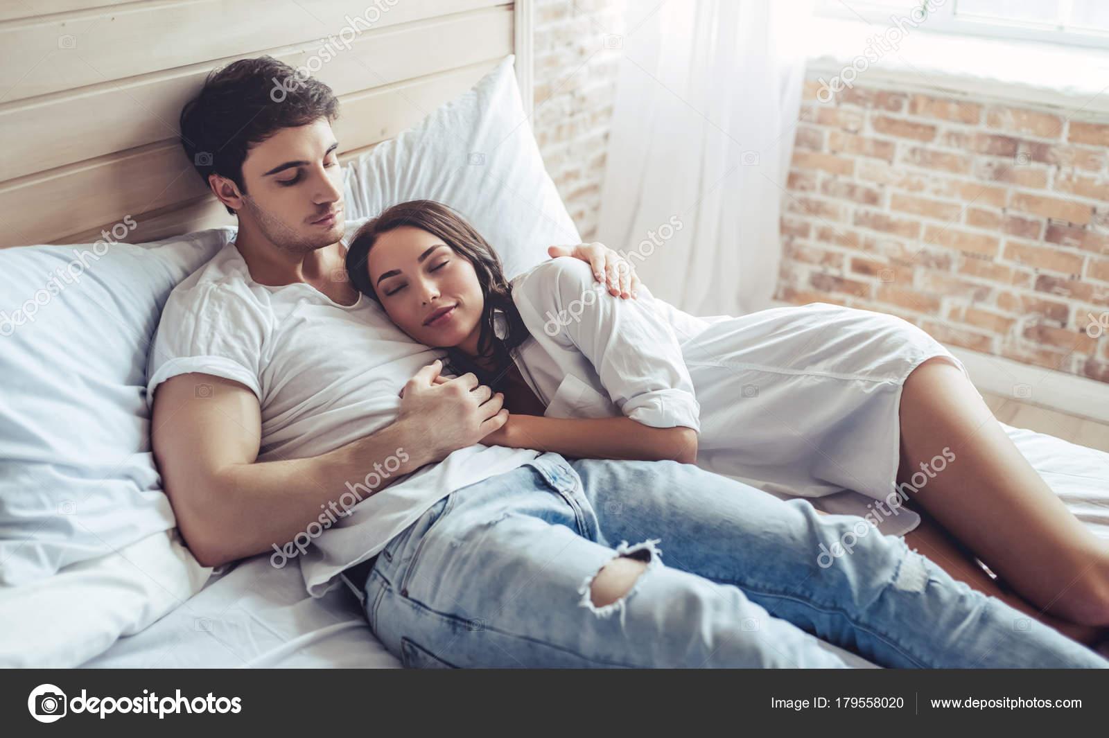 Couple dans la chambre coucher photographie 4pmphoto 179558020 - Chambre a coucher pour couple ...