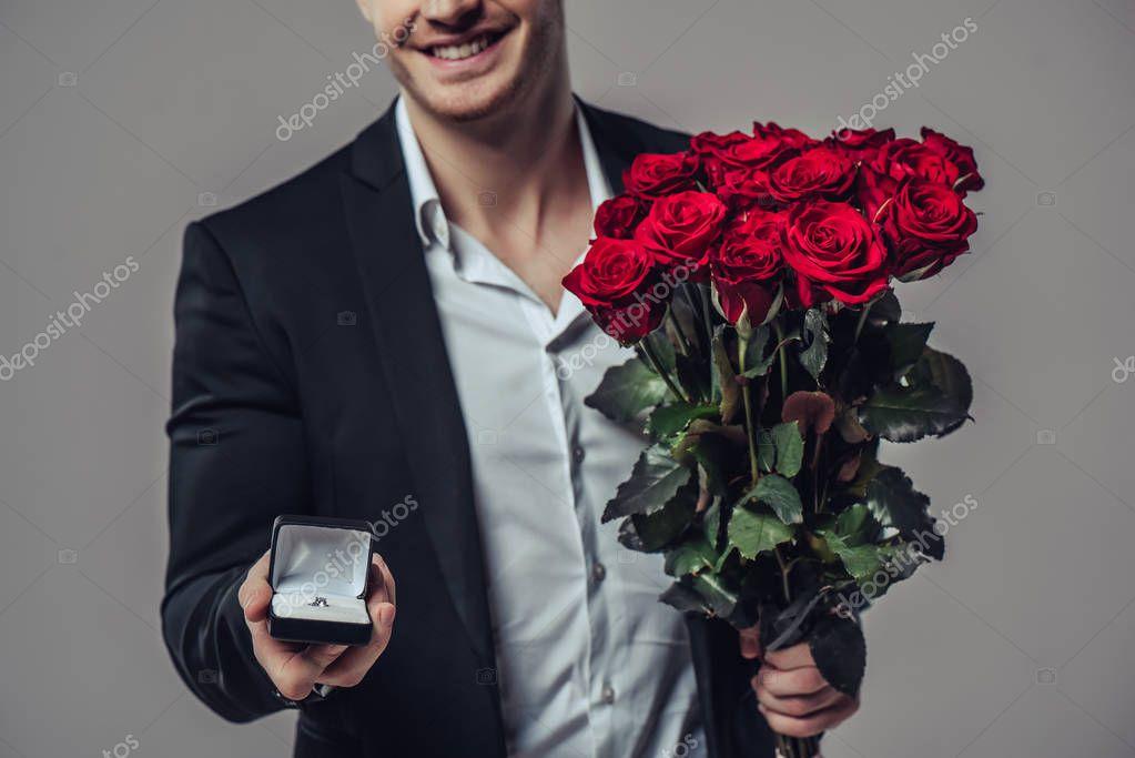 Цветы тюльпаны, картинки мужчина с цветами в руках на коленях