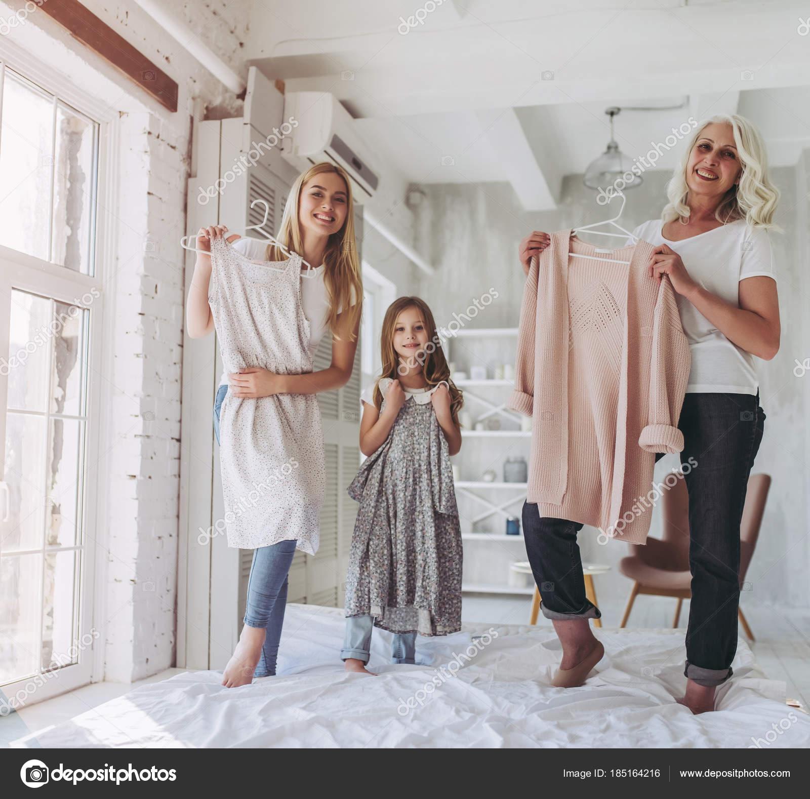 Tochter, Mutter und Großmutter zu Hause — Stockfoto © 4pmphoto@gmail ...