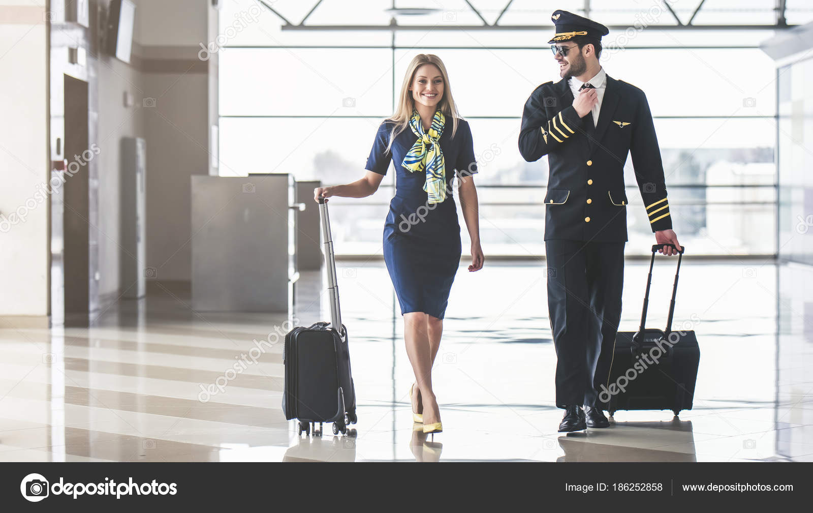 Pilot and flight attendant in airport — Stock Photo