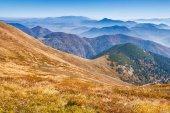 Paese montuoso, con valli