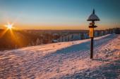 Zimní horské krajině v časných ranních hodinách.