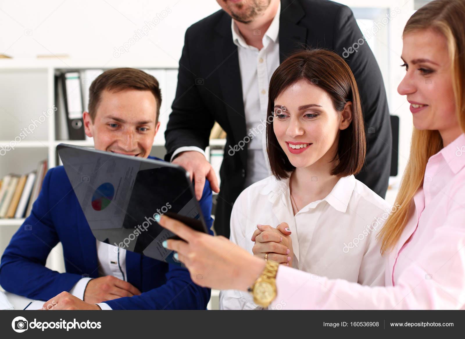 Groupe de personnes dans le bureau de regarder mobile tablet pc
