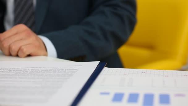 Geschäftsmann unterzeichnet Vertrag mit silbernem Stift