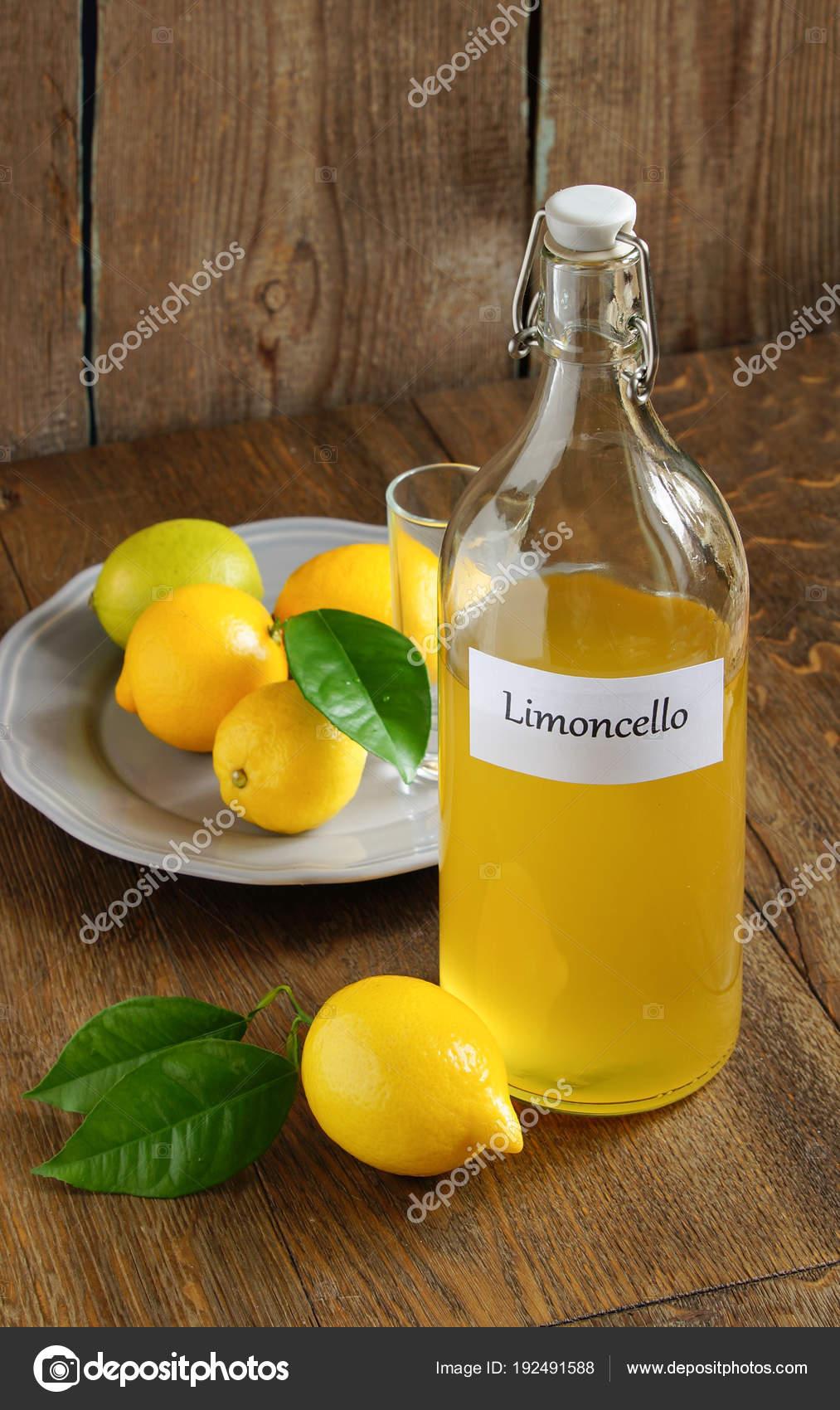 Italienische Alkoholisches Getränk Limoncello Auf Holztisch ...