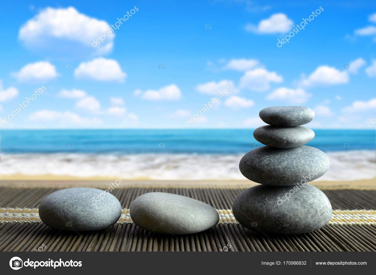 pile de pierres galet zen sur la plage photographie vencav 170986832. Black Bedroom Furniture Sets. Home Design Ideas
