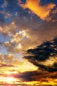 Dramatické barevné obloha s mraky při západu slunce. Přírodní pozadí.