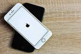 Chlumcany, Česká republika, 08. prosinec 2017: Apple iphone 7 v Barva Zlatá a černá na dřevěné pozadí