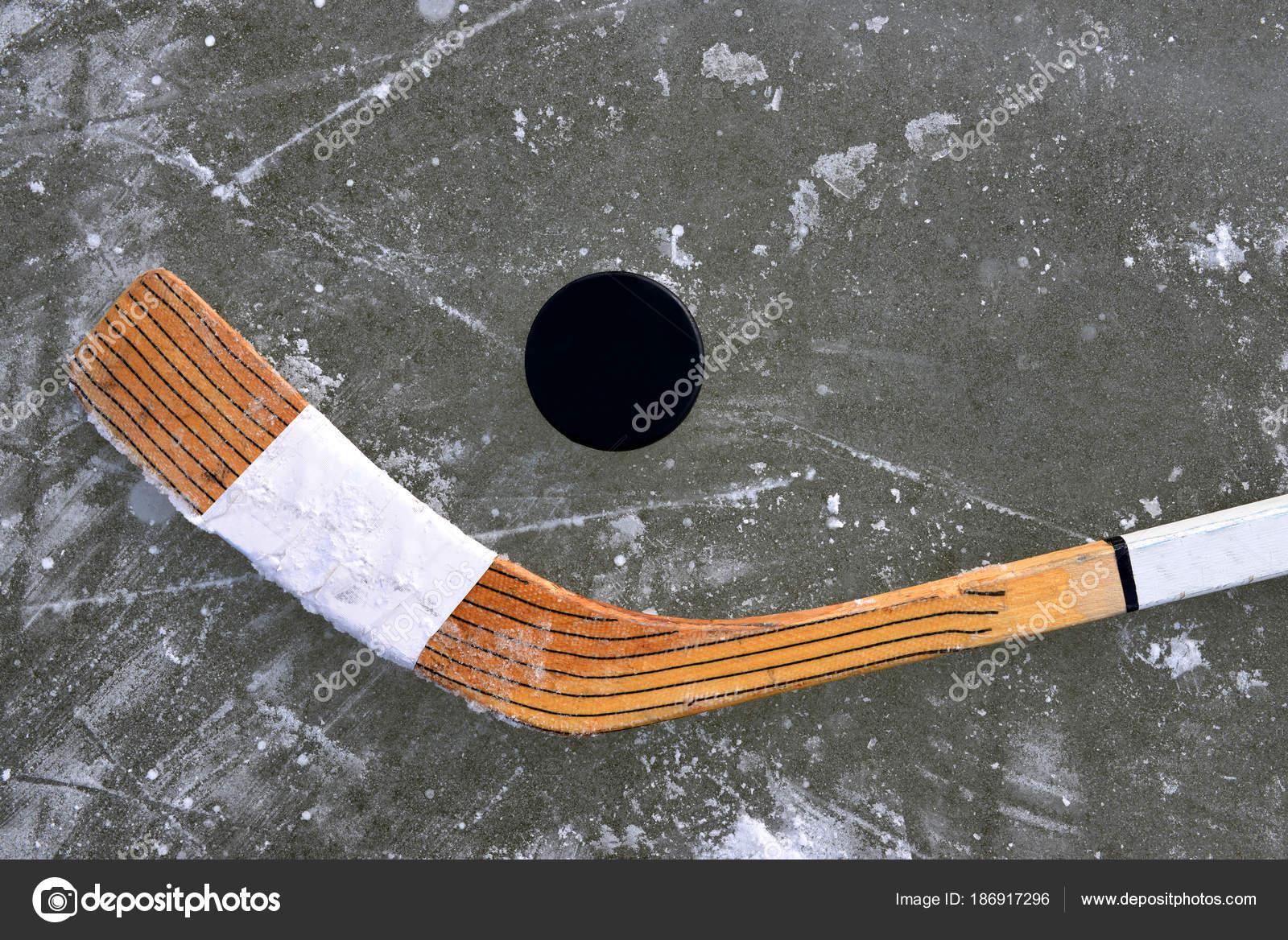 Disco Negro Palo Hockey Una Pista Hielo — Foto de stock © vencav ...