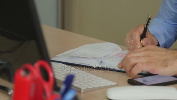 Ruce s perem psát zápisník
