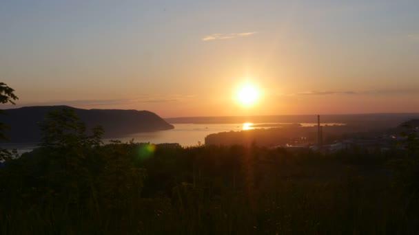 A naplementét a hegy mögött
