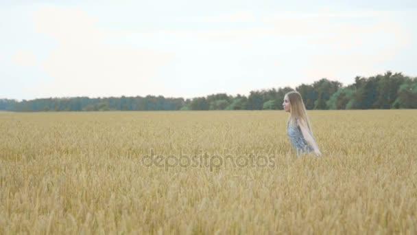 Lány búza mezőn