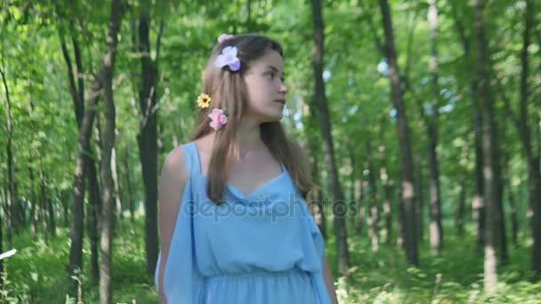 Egy erdei nimfa lány az erdő