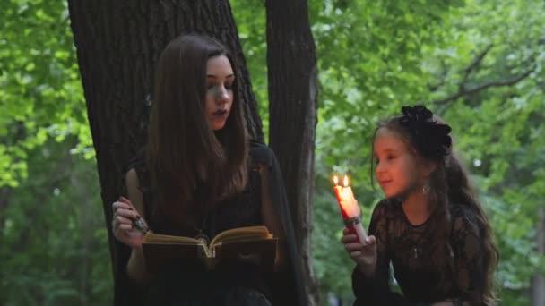 Obě čarodějky v lese číst kouzla