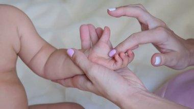 A babys kéz simogatta anyja