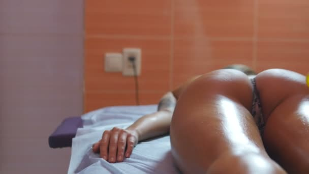 Mädchen ruhen im Kabinett für massage