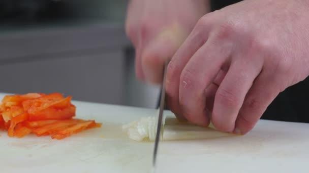 Šéfkuchař připraví jídlo ze zeleniny