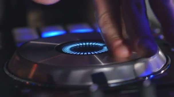 Mani di uomo giocare mix su scheda audio
