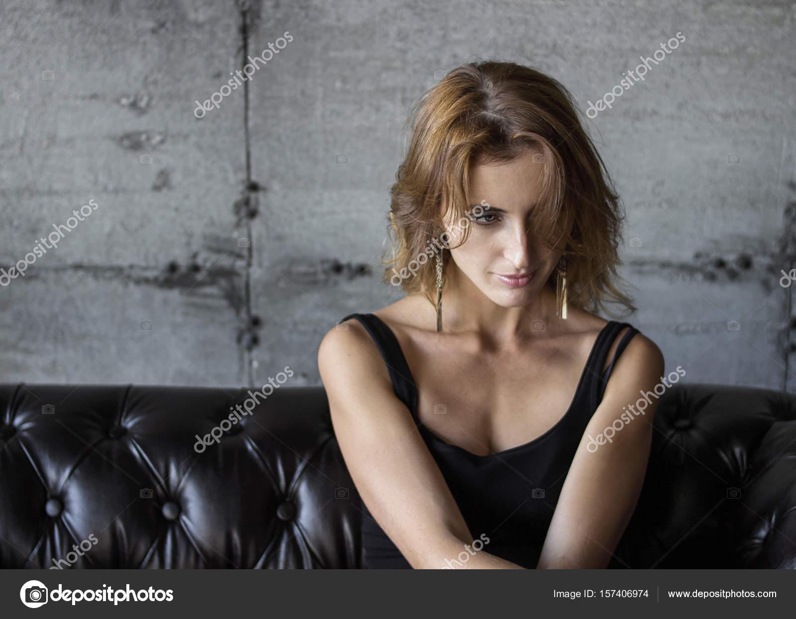 Kanepede Oturan Güzel Seksi Kadın Fotoğrafları Stok Foto Maksvil
