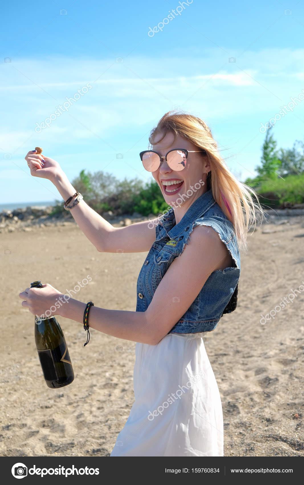 Женщина прыгающая на бутылке ебут душе