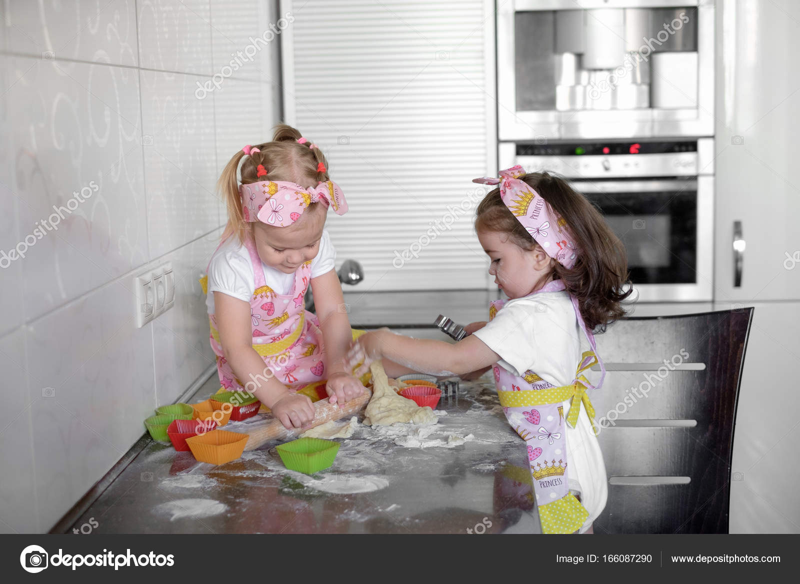 Zwei Glückliche Kleine Mädchen Kind Kochen Mit Mehl Und Teig Auf Dem Tisch  In Der Küche Ist Lieblich Und Schön U2014 Foto Von Maksvil