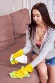 Portrait der schönen Frau tut Reinigungsarbeiten im Haus.