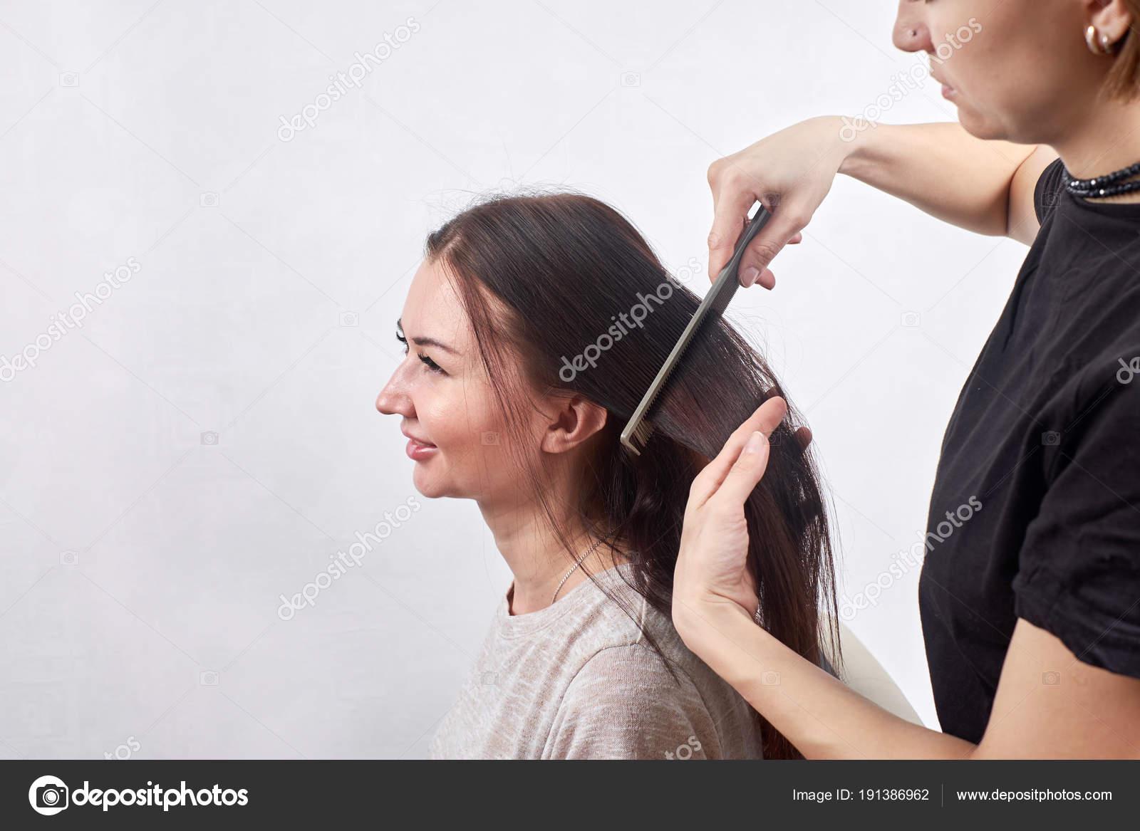 Friseur Machen Neue Frisur Brunette Frau Im Salon Stockfoto