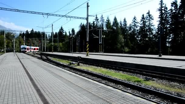 Příjezd vlaku na nádraží