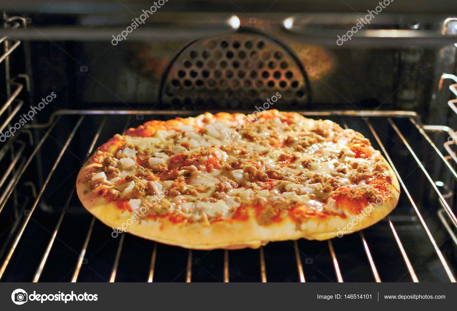 Pizza In De Oven.Pizza A L Interieur Du Four Photographie Hamikus C 146514101