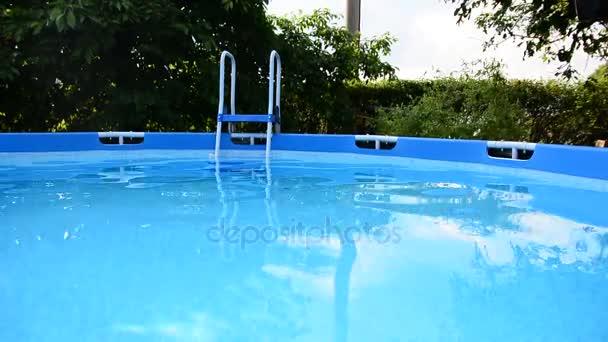 bazén s žebříkem