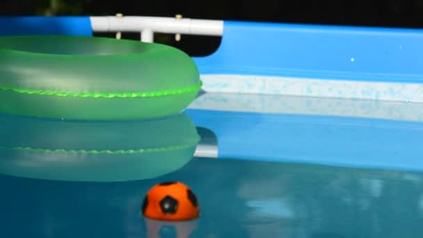 Beachball im Schwimmbad
