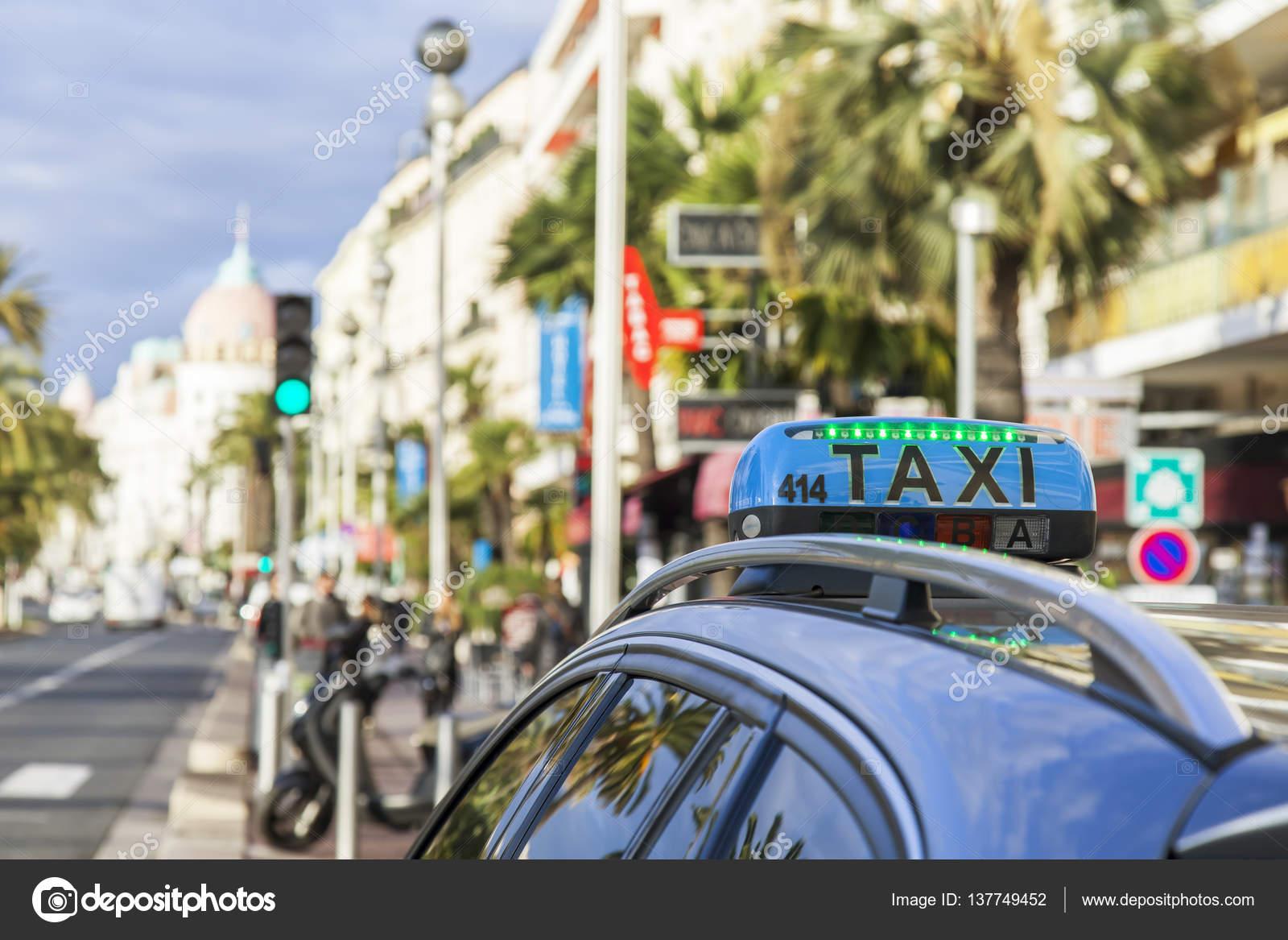 nice france le 6 janvier 2017 la voiture de taxi dans le contexte de la promenade des anglais. Black Bedroom Furniture Sets. Home Design Ideas