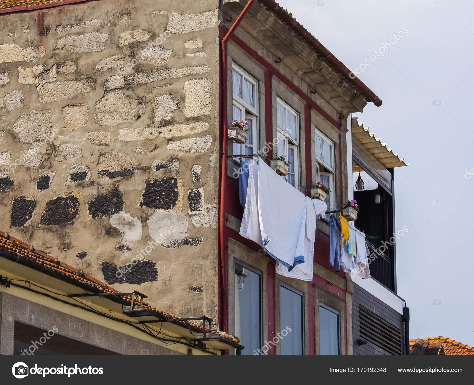Vazen Op Balkon : Porto portugal am juni durchbrochenen balkonen