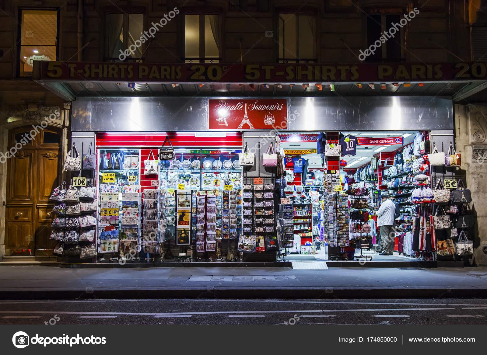 Parigi francia ottobre 2017 souvenirs vari sono esposti una vetrina