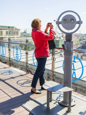MOSCOW, RUSSIA, on MAY 10, 2018. The woman fotografinut an urban view from a survey site