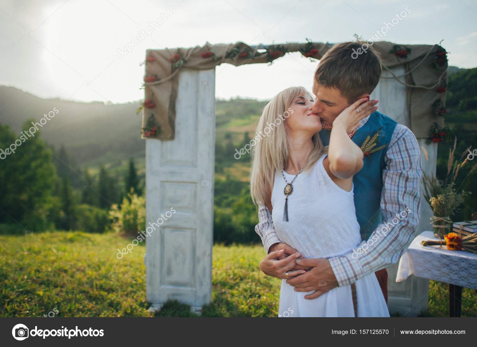 paar in der Nähe von Hochzeit Rahmen außen — Stockfoto ...
