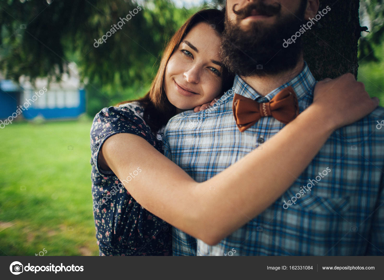 Жена мужу нежно, сосет хуй и хохочет