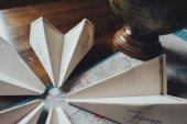 Svatební pozvánky v papírové podobě letadlo na mapě