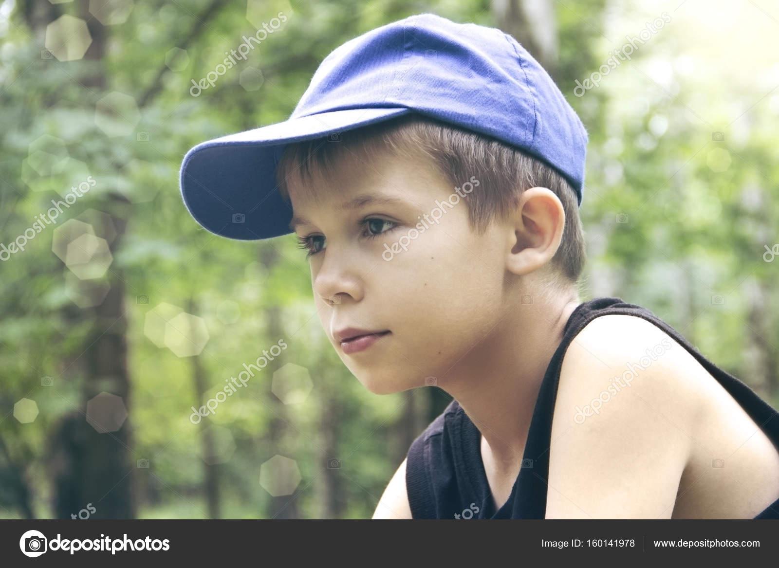 мальчик в кепке фото