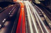 Město světelné stopy rychlé dopravní kolony aut na silnici v Londýně v noci