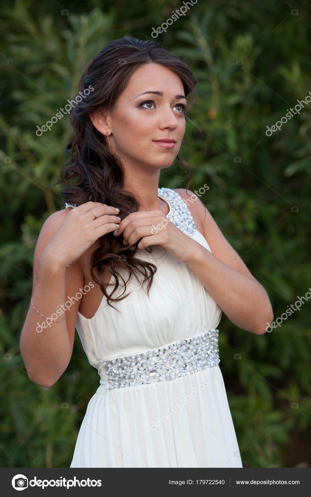 Junge Frau im weißen Kleid auf Natur — Stockfoto © Baton72 #179722540