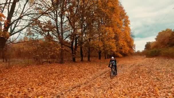 muž cyklista jede lesní cesty