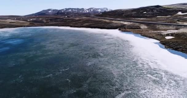 Létání nad malé izolované jezero nedaleko Vidarfjall na severovýchodě Islandu