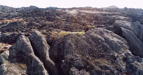 Létání nad krajinou jedinečné sopečné skály poblíž jezera Myvatn Severní Island