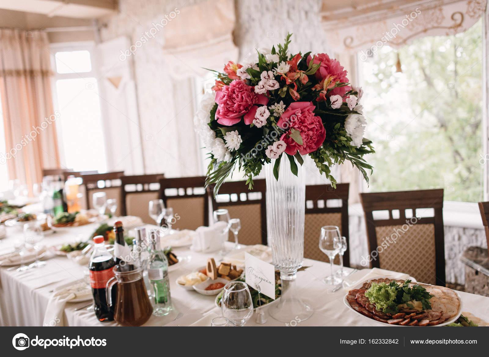 Hochzeit Dekoration Mit Pfingstrosen Stockfoto C Bondart 162332842
