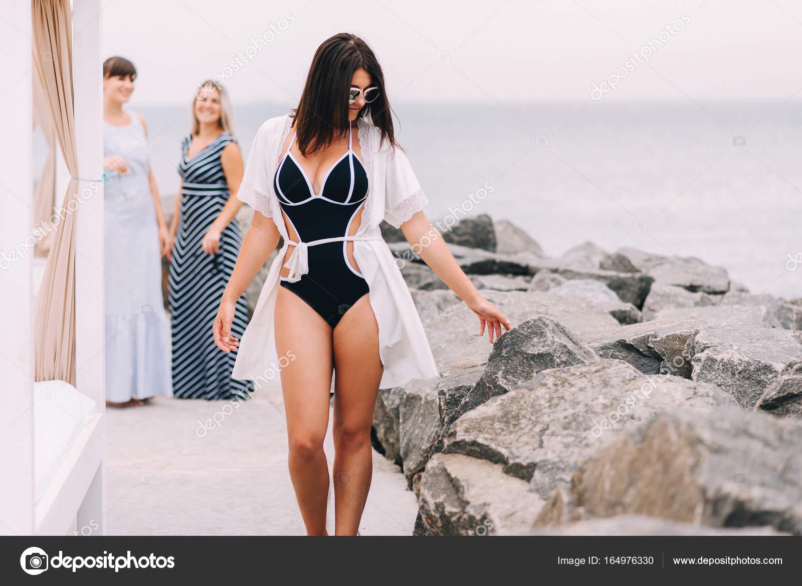 Belle ragazze in costume da bagno di mare — Foto Stock © bondart ...