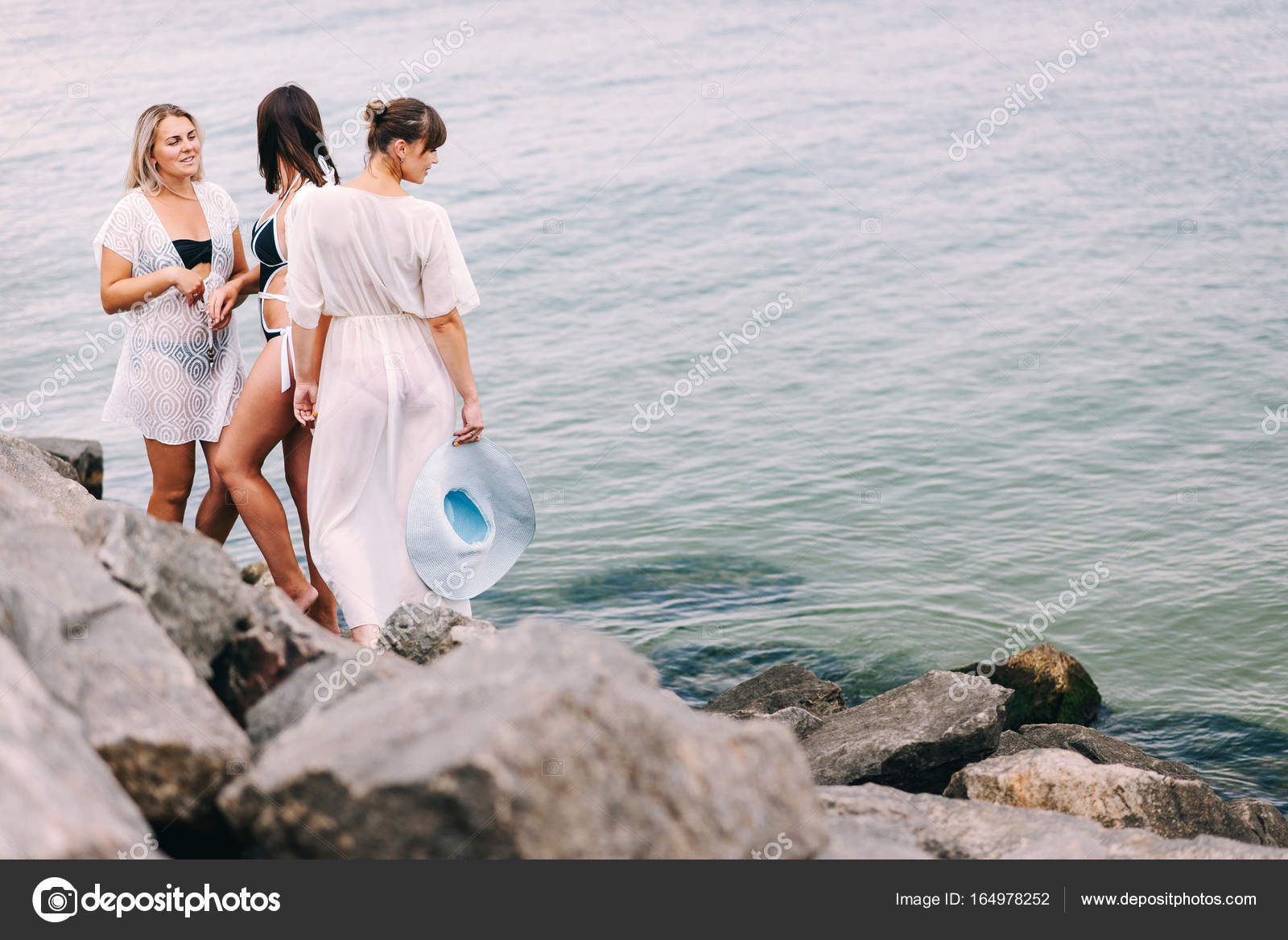 Belle Ragazze In Costume Da Bagno Di Mare Foto Stock Bondart