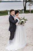 Felice giovane appena sposato coppie che abbracciano al loro giorno delle nozze