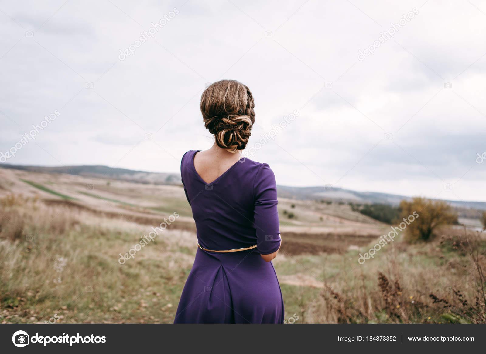 Vista Posterior Mujer Con Vestido Morado Noche Peinado